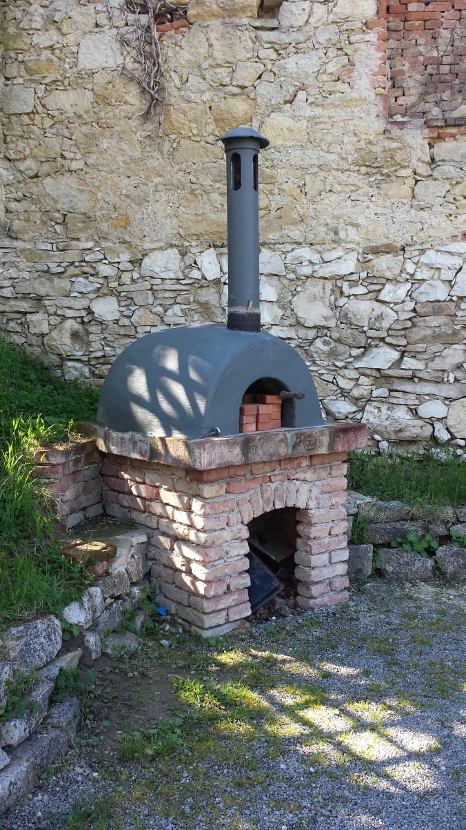 Brotbackofen im Innenhof des ehem. Kloster St. Anna