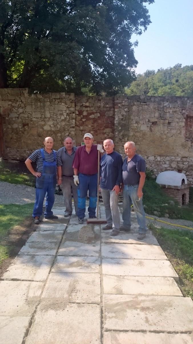 Verlegung von Steinplatten im Innenhof des ehem. Klosters